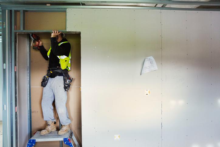 Beépített szekrény házilag gipszkartonból: tárolás egyedileg!