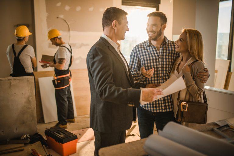 Családi ház felújítása egy kézben: a generálkivitelező előnyei és hátrányai