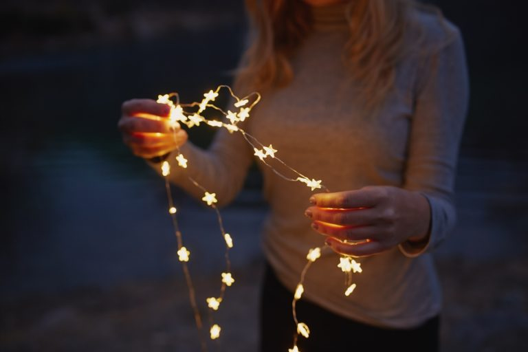 Adventi Megoldások #11 – Négy tipp, hogy ne szökjön az egekbe a villanyszámla az ünnepi fényár miatt