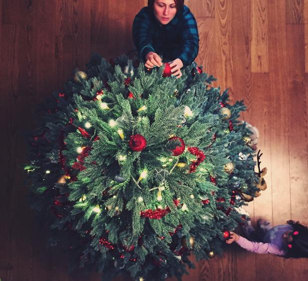 Hogyan díszítsünk karácsonyfát? – A tökéletes sorrend 3 lépésben