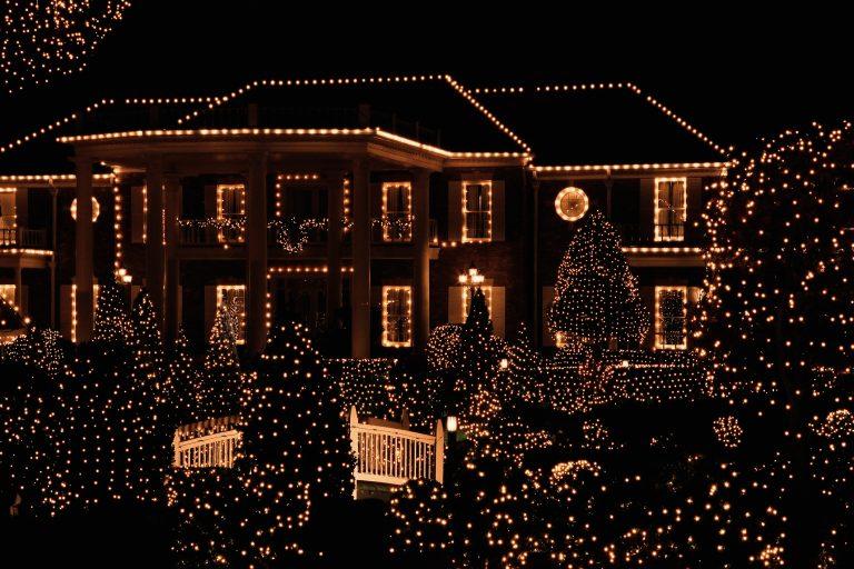 Adventi Megoldások #13 – Karácsonyi világítás: 4 fontos dolog, ha a házat és a kertet fénybe borítod