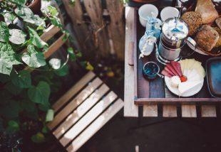 Erkélykorlátra akasztható asztal