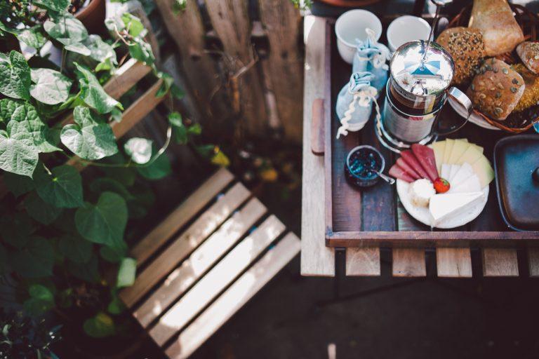 Erkélykorlátra akasztható asztal – Íme, a legjobb inspirációk hozzá