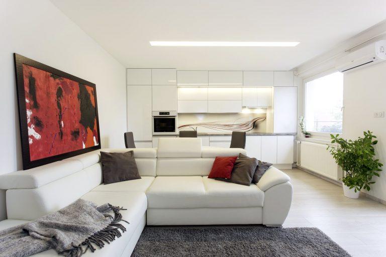 Egy nem éppen átlagos, szürke és fehér, modern, felújított lakótelepi panellakás