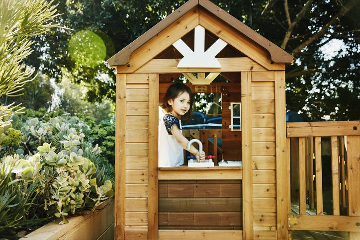 Hogyan készítsünk a gyerekeknek a kertbe várat fából?