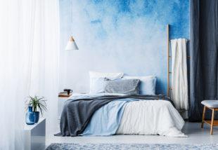A kék és a fehér romantikus kettőse a lakásban
