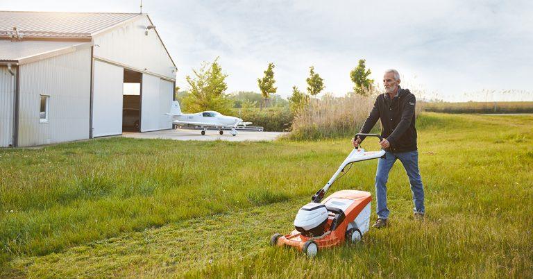 """""""Csendes erő és könnyű kezelhetőség"""" - Besenyei Péter akkumulátoros kerti gépei és legújabb elektromos kisrepülőgépe"""
