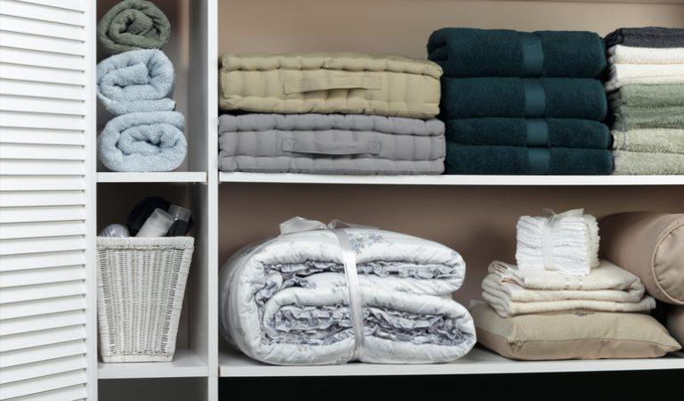 Így lesz rendezett az ágyneműs szekrényed – Szuper megoldásokra fel!