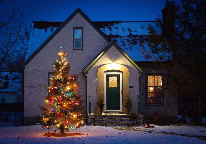 Ötletes kültéri karácsonyi dekorációk, melyek színt hoznak kertedbe