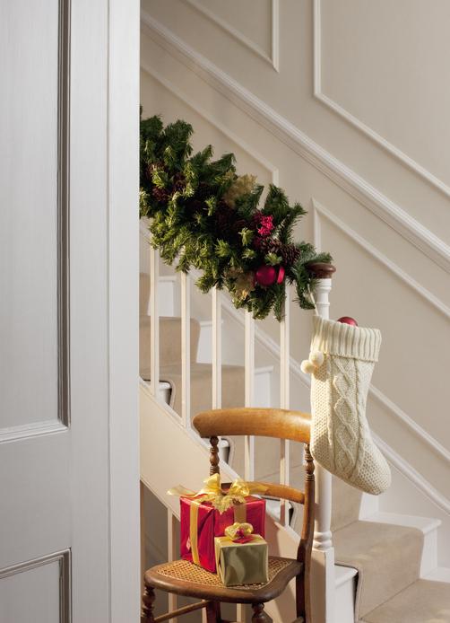 Nem tudod, hogyan dekoráld a lépcsődet karácsonyra? – Íme, pár inspiráció