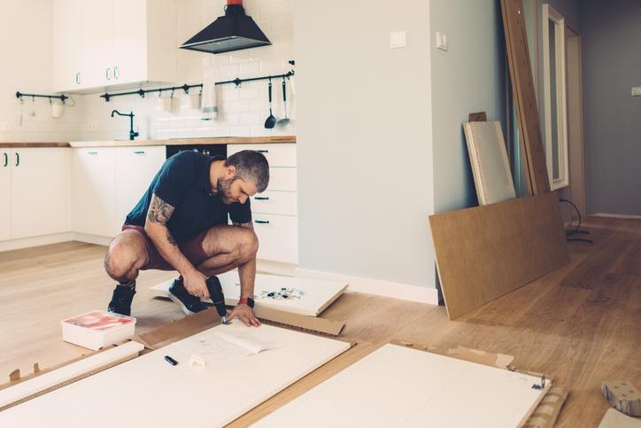 Így zajlik egy beépített szekrény kibontása