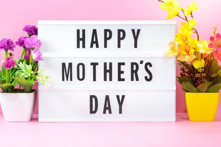 Anyák napi ajándékötletek – Ezeket válaszd, ha trendi kiegészítőkkel lepnéd meg édesanyád