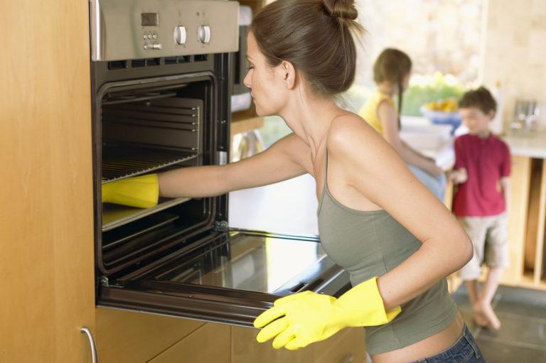 Így lesz seperc alatt tiszta a sütőd – VIDEÓ!