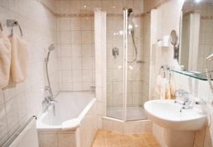 Panel fürdőszoba káddal