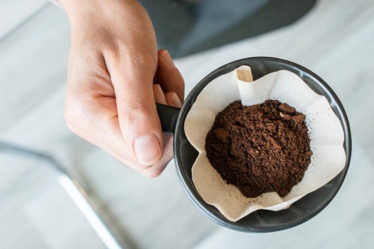 A kávézacc, mint csodaszer – Így segíthet a kertben és a házban
