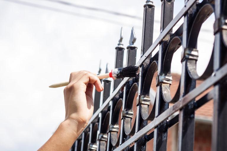 Fémkerítés festése lépésről lépésre – Csináld úgy, mint a profik