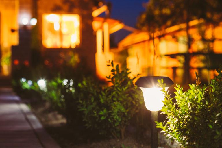 5 ötlet kerti napelemes lámpák elhelyezésére – Inspirációra fel!