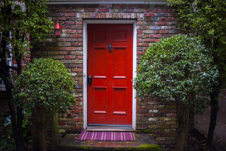 Nyiss ajtót az egyéniségnek! Színes bejárati ajtók, amik sokat elárulnak rólad!
