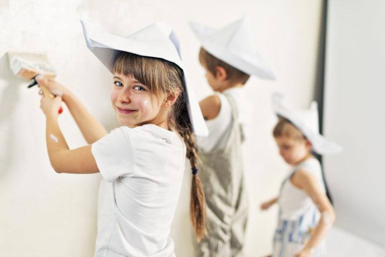 Iskolás korba lép gyereked? Ilyen színűre fesd a szobáját, hogy jól menjen neki a tanulás
