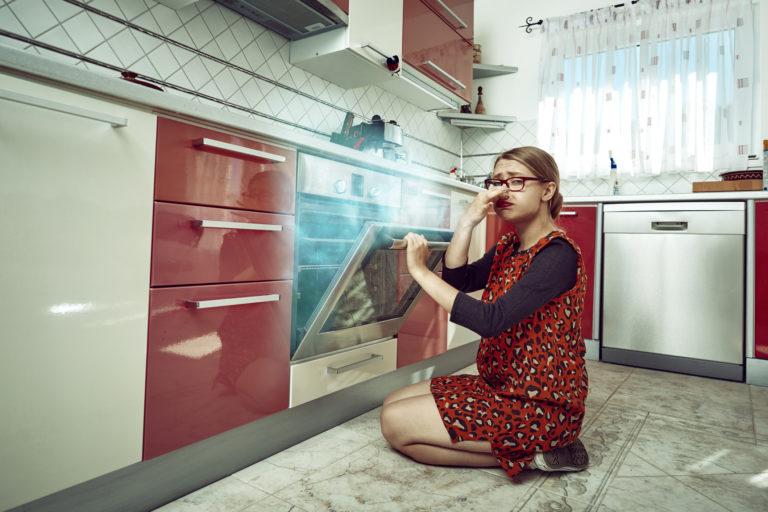 Mi semlegesíti a füstszagot a konyhában? Ezzel a 4 praktikával próbálkozz