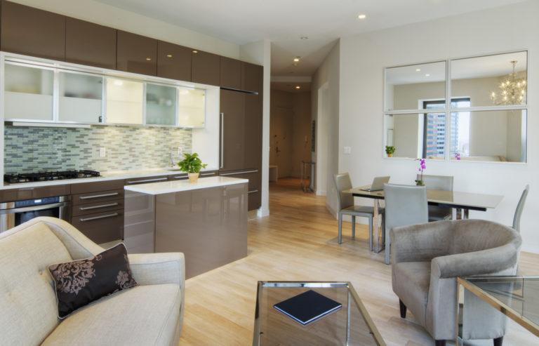 Itt van 4 dekorációs ötlet, hogy nagyobbnak és trendibbnek tűnjön a konyhád