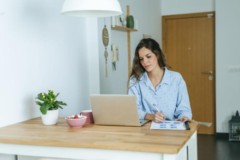 Még mindig otthonról dolgozol? Így alakítsd ki a home office-t, hogy minél produktívabb légy