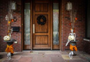 Könnyen és olcsón megvalósítható halloween ajtódekor ötletek képekkel