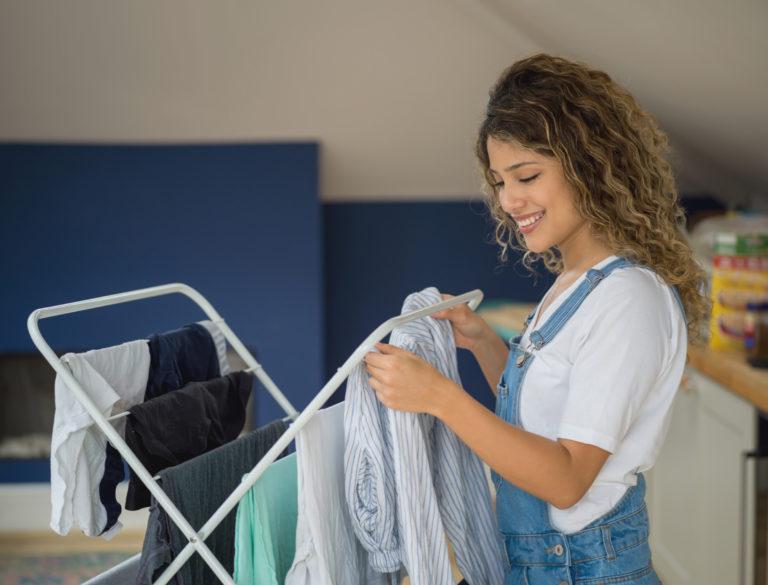 Így szárítsd a nedves ruhákat a lakásban