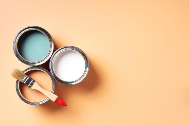 Tapétázott fal festése 6 lépésben