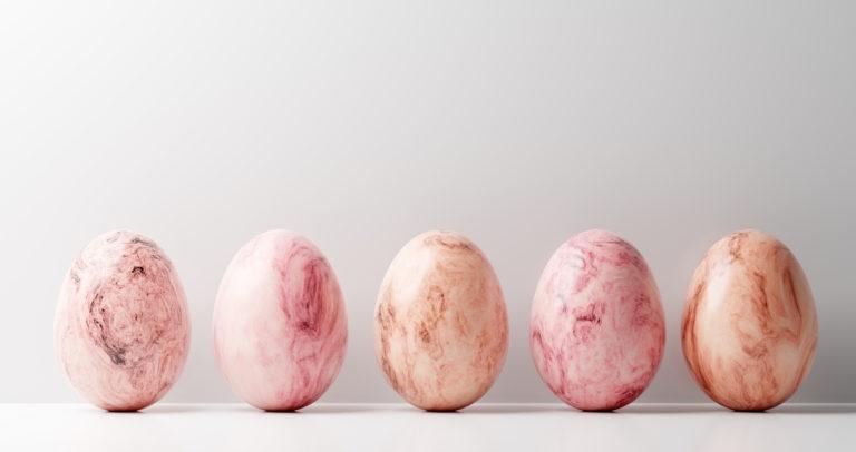Húsvéti tojásfestés körömlakkal – Így készíts egyedi tojásokat