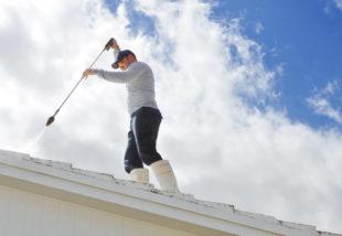 Mohás a tető? Ismerkedj meg a tetőtisztítás fontosságával