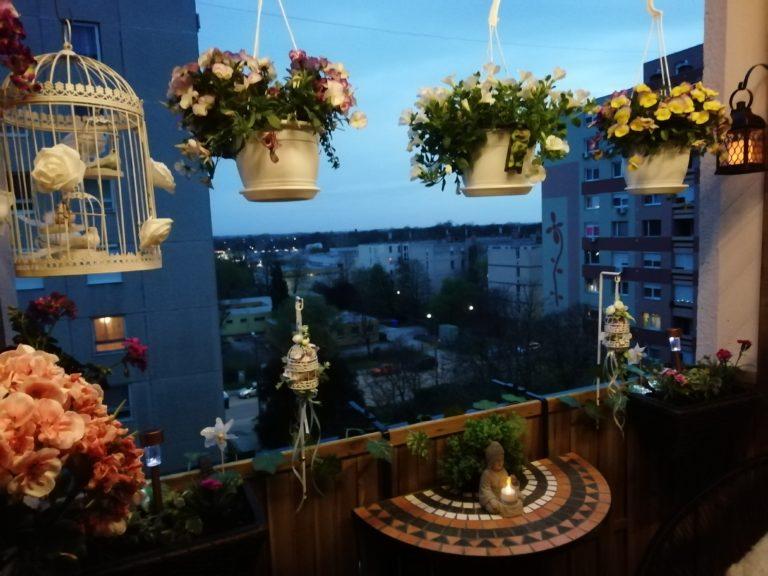 Nézzétek ezt az újraálmodott panel erkélyt! – Itt a nyár minden pillanata élmény lesz