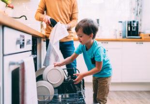 Nem bírod egyedül vezetni a háztartást? Ezeket a házimunkákat rábízhatod a gyerekekre