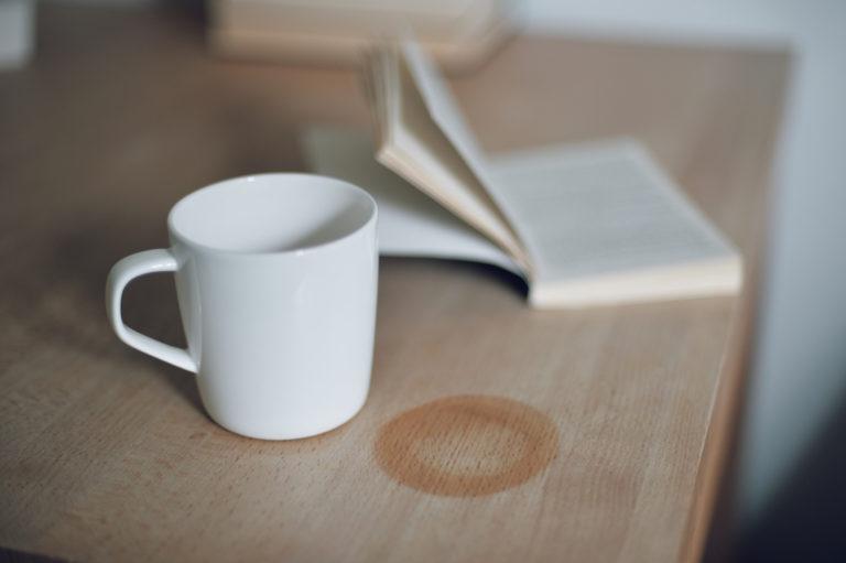 Így tüntesd el a vízfoltokat a fa bútorokról – 3 egyszerű, pénztárcabarát tipp