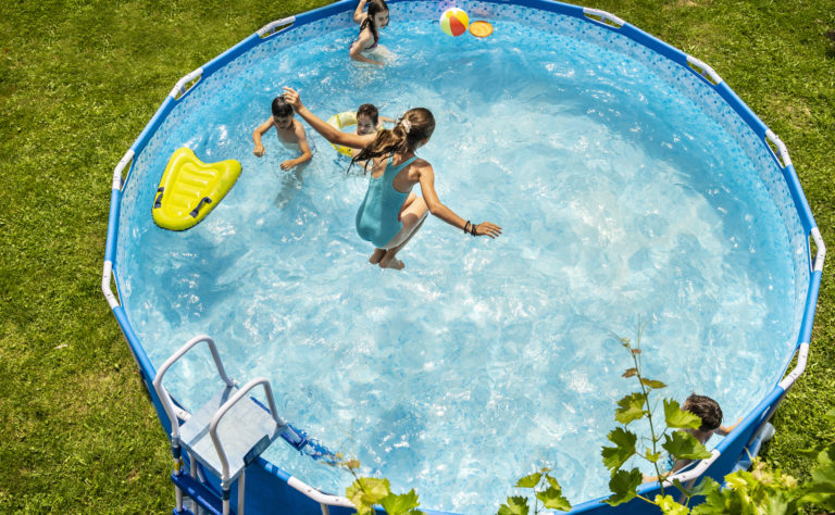 Élvezd a nyarat tiszta medencében! 6 spórolási tipp a medence karbantartásához