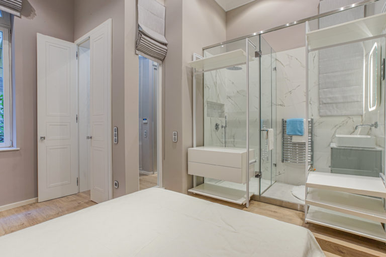 Fürdőszoba a hálóban – avagy egy légtérben, stílusosan