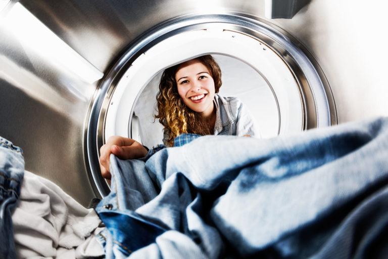 Mosás helyett – Így tisztítsd a farmeredet