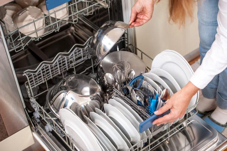 Ez történik, ha szódabikarbónát szórunk a mosogatógépbe