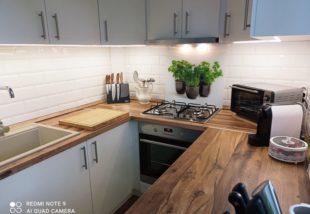 Retróból modern minimál – Egy 20 éves konyha újjászületése