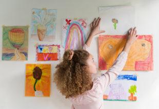 Rajzokat elő! Így állítsd ki a gyerekek rajzait odahaza