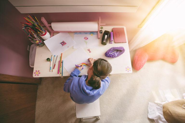 Ahol játék és tanulás megfér egymás mellett – Készítsd fel a gyerekszobát az iskolára!