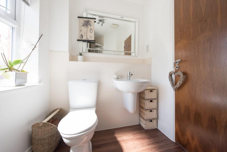 6 trendi WC dekoráció falra, mellyel feldobhatod a kicsi teret
