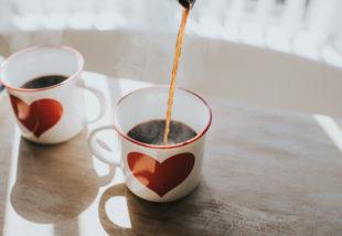 Fekete ruhát mosni frissen főzött kávéval? – Próbáld csak ki!
