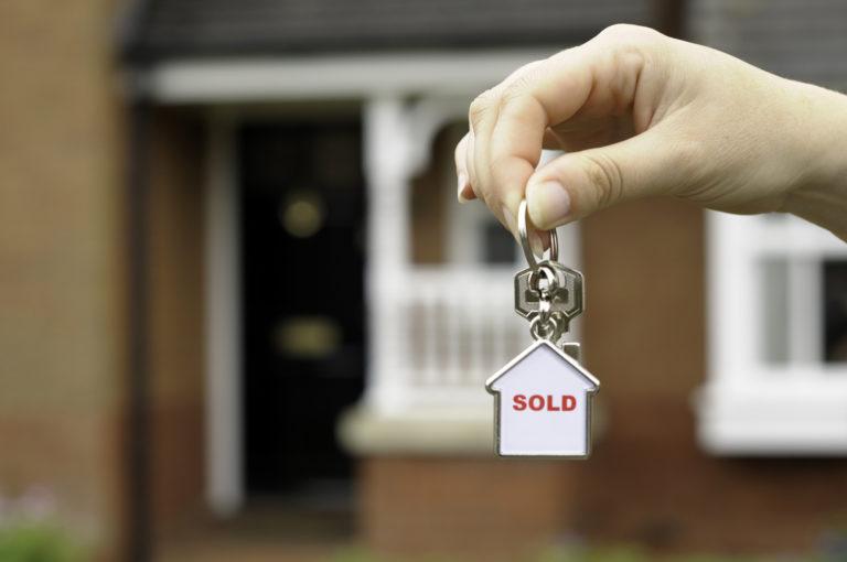 Lakáseladás után mennyit kell adózni? Íme egy gyorstalpaló az ingatlaneladás utáni összegekről