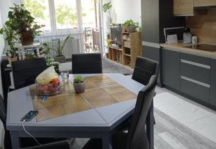 Ez a konyha mindent visz! – Így lett egy átlagos társasházi lakásból ízléses otthon